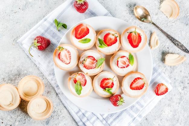 Letni słodki domowy deser, mini serniki