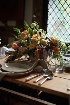 Letni stół ustawienie w stylu rustykalnym.