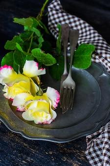 Letni stół z różami