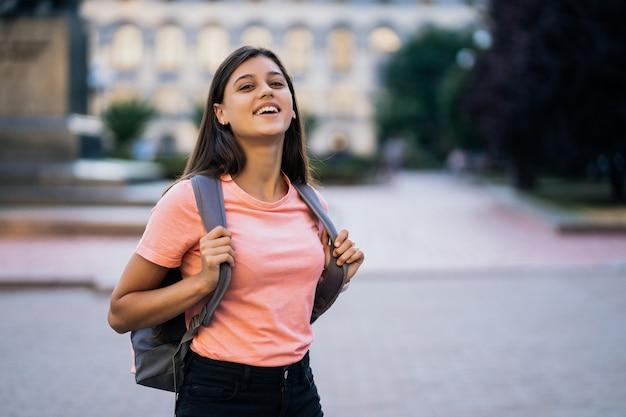 Letni styl życia moda portret młodej kobiety stylowe