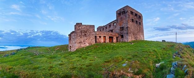 Letni szczyt góry pip ivan z fortecą - ruiny obserwatorium (chornogora ridge, carpathian, ukraine)