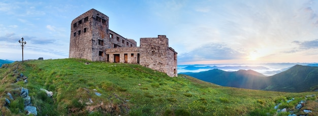Letni szczyt góry pip ivan z fortecą - ruiny obserwatorium (grzbiet czarnogóry, karpaty, ukraina)