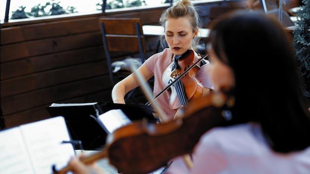 Letni taras muzyka klasyczna lub ceremonia ślubna