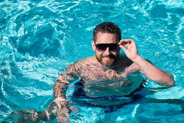 Letni weekend przystojny mężczyzna w basenie z wodą basen spa resort wakacje lato