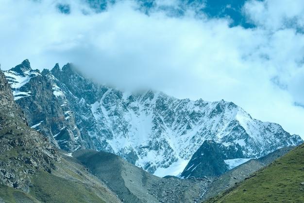 Letni widok na alpy z płaskowyżu (szwajcaria, niedaleko zermatt)