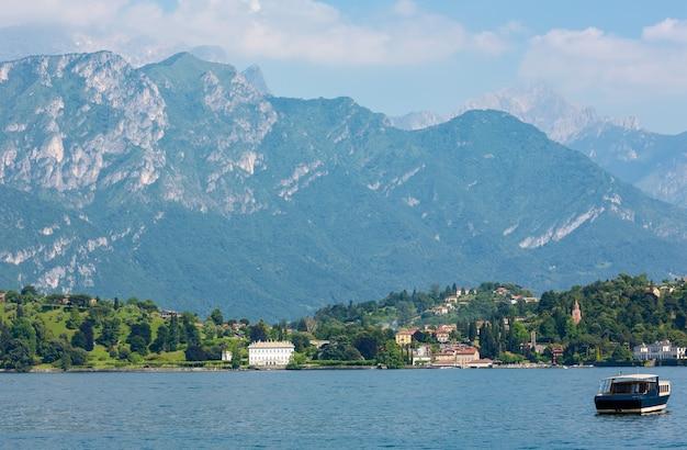 Letni widok na brzeg jeziora como z pokładu statku, włochy