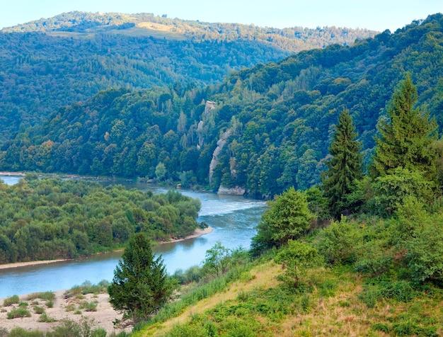 Letni widok na dolinę rzeki stryj (obwód lwowski, ukraina).
