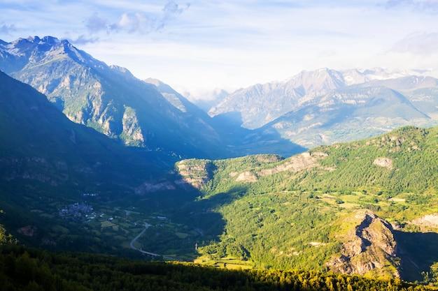 Letni widok na dolinę w pirenejach