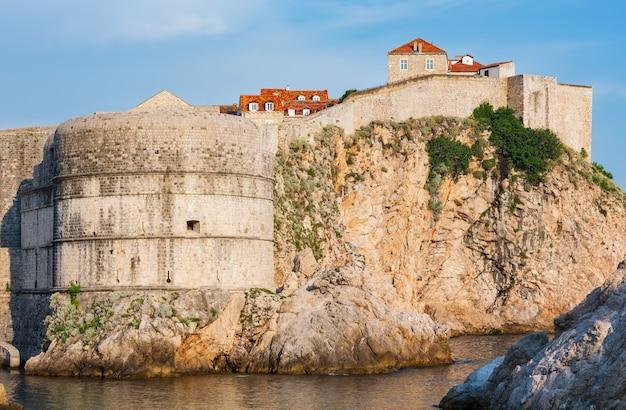 Letni widok na fortecę na skale i wieżę lovrijenac (miasto dubrownik, chorwacja)