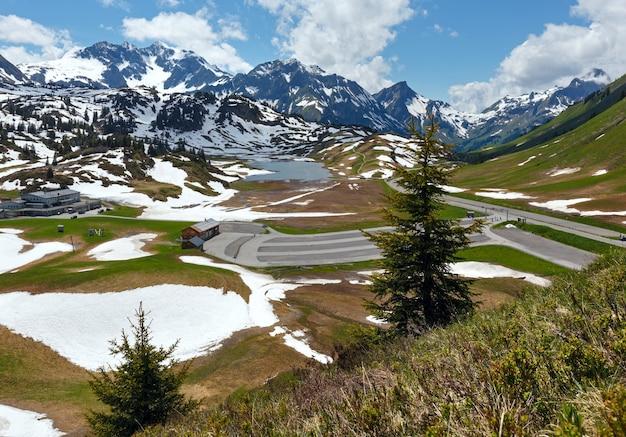 Letni widok na góry na małe jezioro kalbelesee i łąkę do rozmrażania śniegu (warth, vorarlberg, austria).