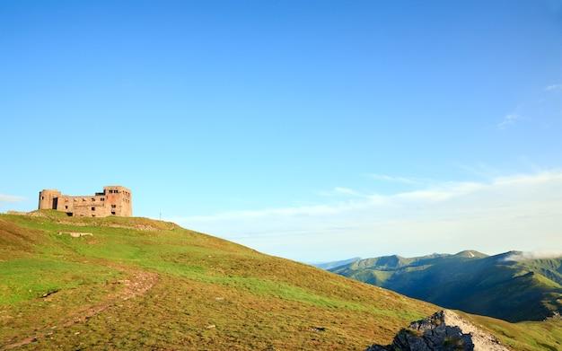 Letni widok na góry z fortecą - ruiny obserwatorium na szczycie góry pip ivan (chornogora ridge, carpathian, ukraine)