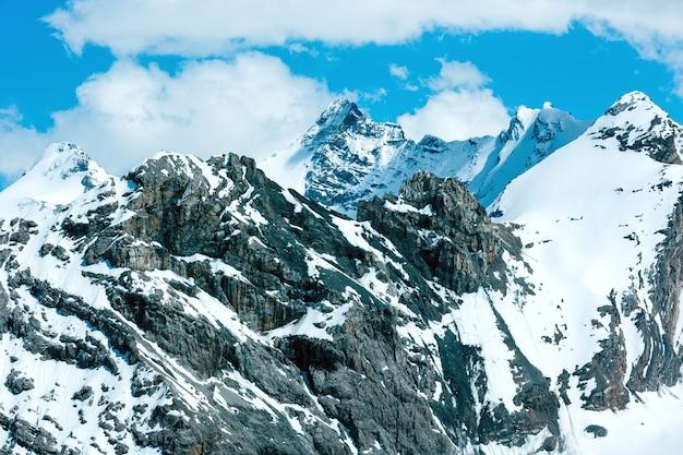 Letni widok na góry z przełęczy stelvio ze śniegiem na zboczu (włochy)