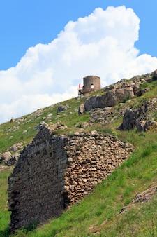 Letni widok na starożytną twierdzę genueńską