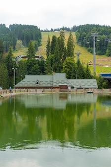Letni widok na staw w górskim ośrodku narciarskim.