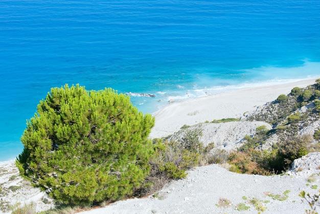 Letni widok na wybrzeże wyspy lefkada z góry (grecja)