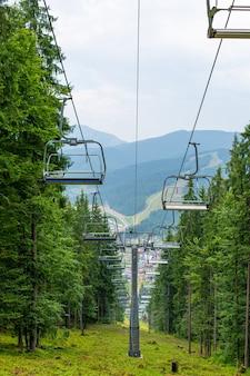 Letni widok na wyciąg narciarski w górach.