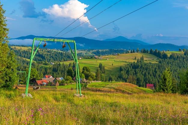 Letni widok na wzgórze z windą dla turystów narciarskich. tło krajobraz gór.
