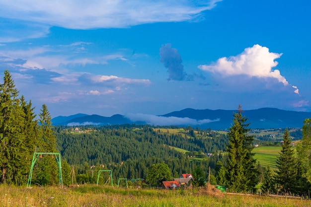 Letni widok na wzgórze z windą dla turystów narciarskich