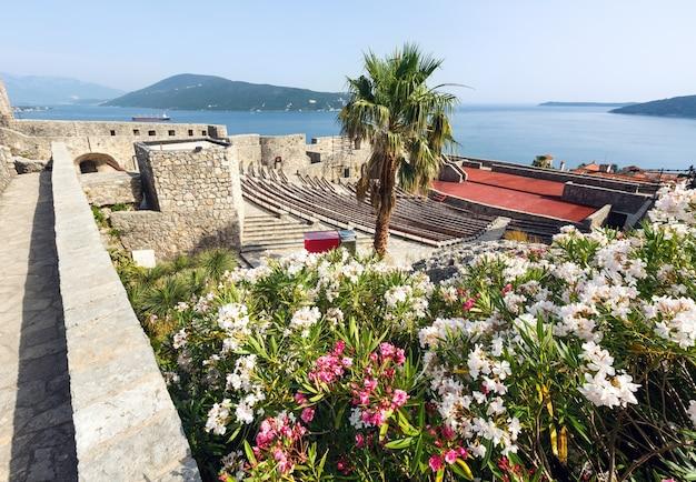 Letni widok na zamek forte mare i zatokę kotorską (herceg novi, czarnogóra)