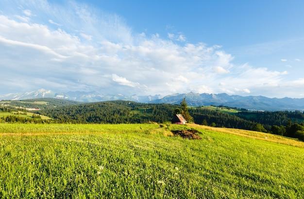 Letni wieczór na przedmieściach górskich miejscowości i za pasmem tatr