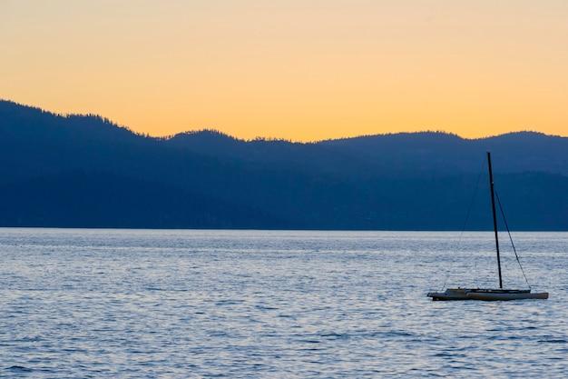Letni wieczór nad jeziorem tahoe