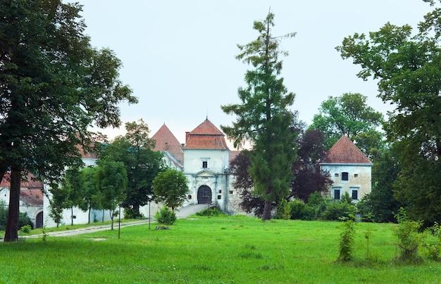 Letni wieczór widok zamku svirzh i pobliskiego parku (obwód lwowski, ukraina. zbudowany w xv-xvii wieku.)