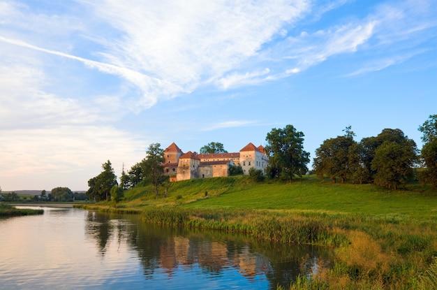 Letni wieczór widok zamku svirzh (obwód lwowski, ukraina. zbudowany w xv-xvii wieku.)