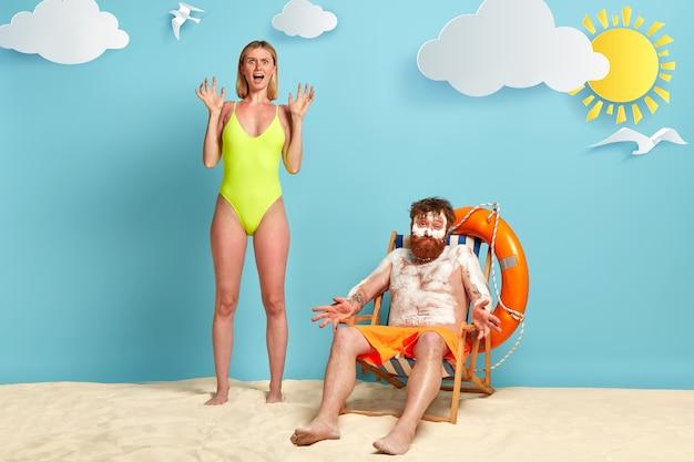 Letni wypoczynek i ochrona przeciwsłoneczna ciała. przestraszona szczupła kobieta w bikini stoi na plaży