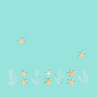 Letni wzór z rozgwieżdżonymi rybami i białym koralem morskim lub morskim płaskim widokiem z góry