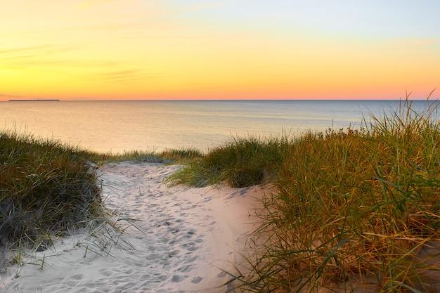 Letni zachód słońca nad morzem bałtyckim.