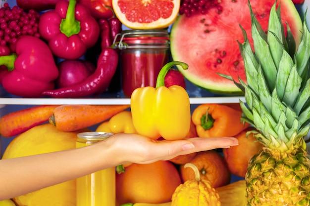 Letni zdrowy organiczny przeciwutleniacz żółta papryka, warzywa warzywa i owoce: arbuz, grejpfrut, pomarańcza, chili jako zdrowe odżywianie, dieta i styl życia. lodówka wegańska. koncepcja wegetariańska i surowa