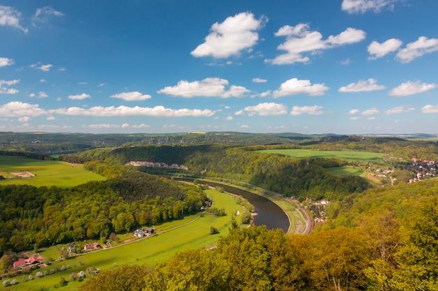 Letni zielony wiejski krajobraz widok, niemcy, wieś na rzece elba.
