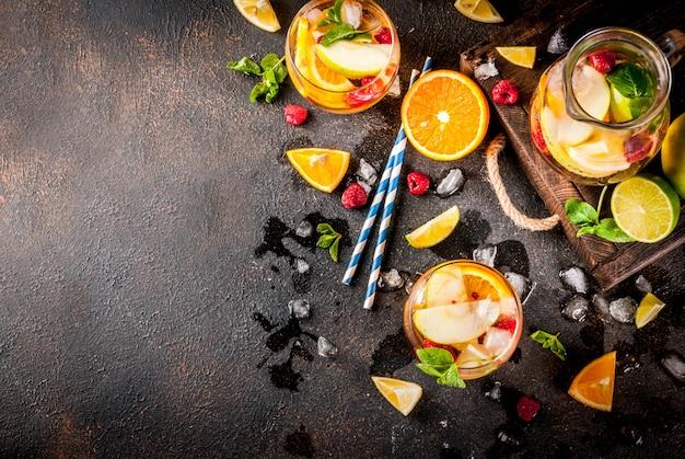 Letni zimny koktajl, biała sangria z owoców i jagód