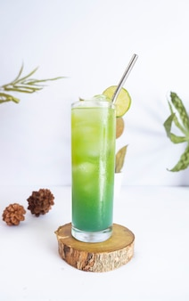 Letni zimny napój bezalkoholowy. pomysły na letnie minimalistyczne koncepcje