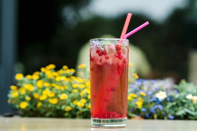 Letni zimny napój z brusznicą. świeży napój z lawendą i czerwonymi jagodami.