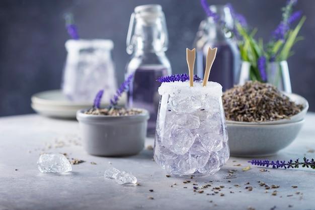 Letni zimny napój z lawendą