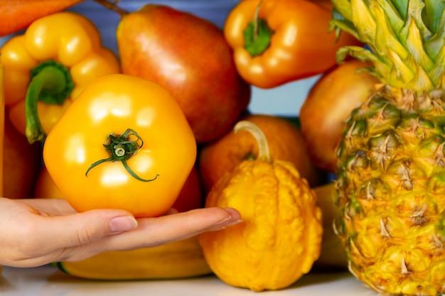 Letni żółty zdrowy organiczny pomidor przeciwutleniacz, warzywa warzywa i owoce: pieprz, dynia, gruszka pomarańczowy jako symbol zdrowego odżywiania, diety i stylu życia. lodówka wegańska. koncepcja wegetariańska i surowa