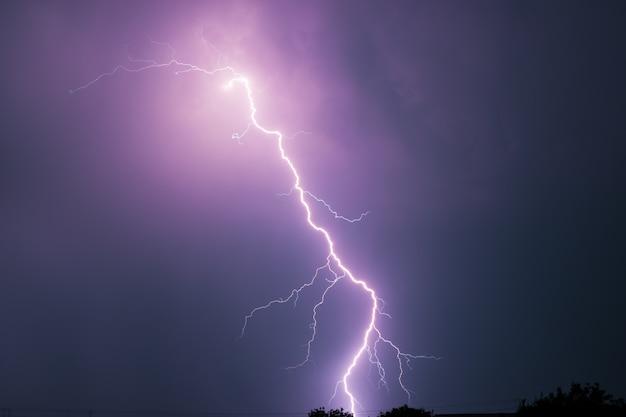 Letnia burza z piorunami, błyskawicami i deszczem.