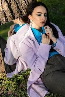 Letnia dziewczyna w białej sukni i kapeluszu z lustrem w naturze. pojęcie relaksu, podróży, wolności i letnich wakacji. styl mody.