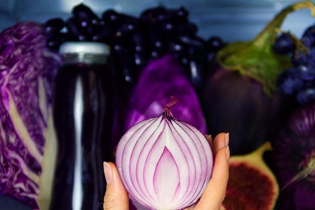 Letnia fioletowa zdrowa organiczna przeciwutleniająca cebula, warzywa warzywa i owoce: kapusta, bakłażan, winogrona, figa jako symbol zdrowego odżywiania, diety i stylu życia. lodówka wegańska. koncepcja wegetariańska i surowa