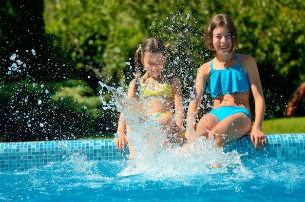 Letnia fitness, dzieci na basenie bawią się i pluskają w wodzie, dzieci na wakacjach rodzinnych