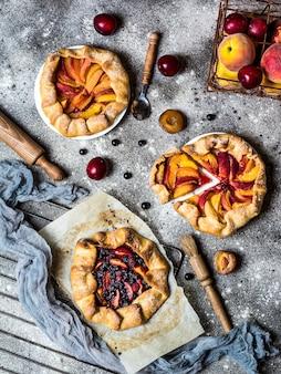 Letnia galette z jagodami, malinami, jagodami, jeżynami, jabłkami i chrupiącym ciastem wegetariańskim. wegańskie jedzenie. zdrowe jedzenie. ciasto brzoskwiniowe. tarta. letnie jedzenie, letnie ciasto na pergaminie.