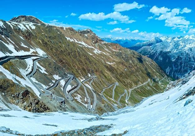 Letnia góra przełęczy stelvio z alpejską drogą i śniegiem na zboczu (włochy)