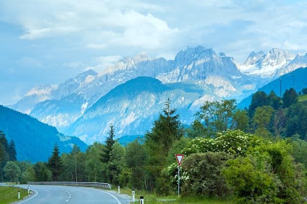 Letnia górska droga alp, austria, widok na włoskie dolomity