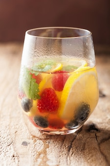Letnia lemoniada z jagodami i cytryną
