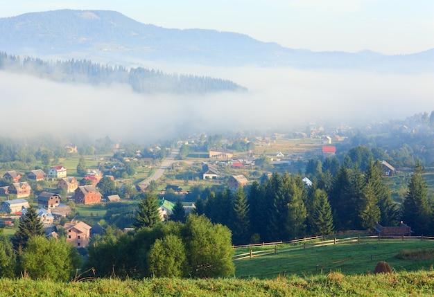 Letnia mglista górska wioska (krajobraz wiejski)