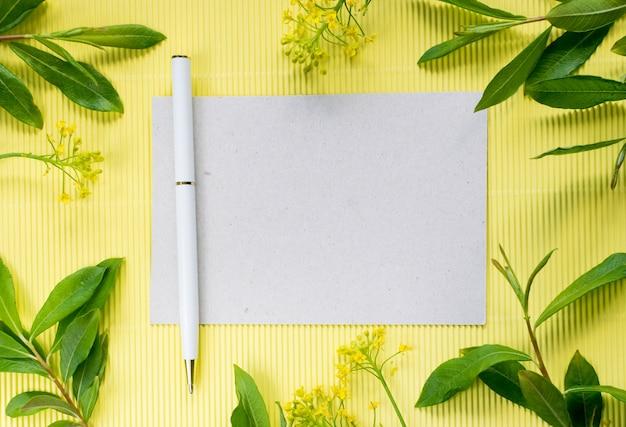 Letnia mocap z długopisem i papierem