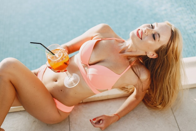Letnia moda. pani z koktajlem. dziewczyna na wakacjach.