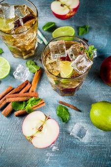 Letnia mrożona herbata z liśćmi cynamonu, limonki i mięty,