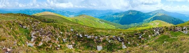 Letnia panorama górska (grzbiet czarnogóry, karpaty, ukraina).